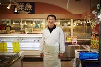 笑顔の魚屋店員