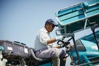 田植え機を操作する農夫