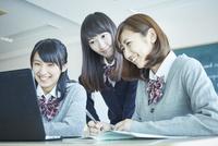 パソコンを見る3人の女子学生