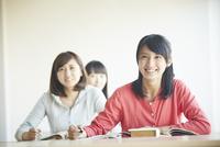 勉強する3人の10代女性