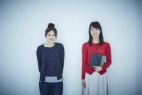 2人の女子大生のポートレート 11070019220| 写真素材・ストックフォト・画像・イラスト素材|アマナイメージズ