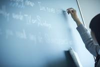 黒板に書く女子学生