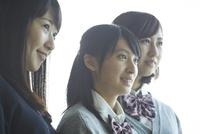 3人の女子学生 11070019328| 写真素材・ストックフォト・画像・イラスト素材|アマナイメージズ