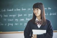 黒板の前に立つ女子学生