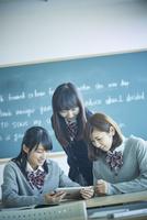 タブレットPCを見る3人の女子学生
