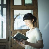 本を読む女性 11070019442  写真素材・ストックフォト・画像・イラスト素材 アマナイメージズ