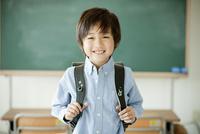 ランドセルを背負った小学生の男の子