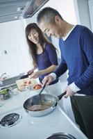 料理をするミドル夫婦 11070019702| 写真素材・ストックフォト・画像・イラスト素材|アマナイメージズ