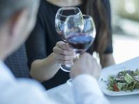 乾杯するミドル夫婦の手 11070019758| 写真素材・ストックフォト・画像・イラスト素材|アマナイメージズ
