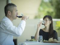赤ワインを飲むミドル夫婦