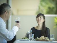 食事をするミドル夫婦