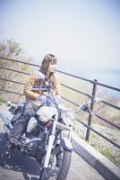 バイクに跨る女性