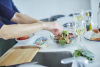 サラダを作るミドル女性の手