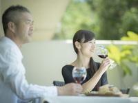 食事をするミドル夫婦 11070020044| 写真素材・ストックフォト・画像・イラスト素材|アマナイメージズ