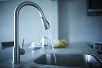 キッチンの水道 11070020094| 写真素材・ストックフォト・画像・イラスト素材|アマナイメージズ
