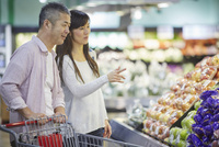 スーパーマーケットで買い物をする夫婦