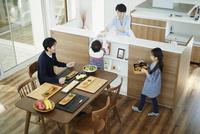食事の準備をするファミリー 11070020410| 写真素材・ストックフォト・画像・イラスト素材|アマナイメージズ