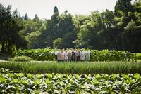 畑に立つ農家の人々 11070020809| 写真素材・ストックフォト・画像・イラスト素材|アマナイメージズ