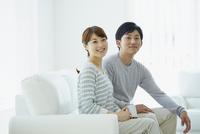 ソファに座る若いカップル