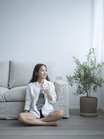 床に座りグラスを持つ女性 11070021062  写真素材・ストックフォト・画像・イラスト素材 アマナイメージズ