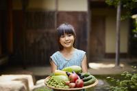 夏野菜を持つ女の子