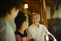 縁側で談笑する祖父母と孫 11070021232| 写真素材・ストックフォト・画像・イラスト素材|アマナイメージズ