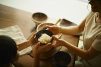 ご飯茶碗を渡す母親と女の子 11070021315| 写真素材・ストックフォト・画像・イラスト素材|アマナイメージズ