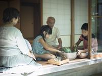 縁側でスイカや野菜を冷やす祖父母と孫たち 11070021399| 写真素材・ストックフォト・画像・イラスト素材|アマナイメージズ