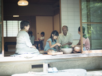 縁側でスイカを冷やす祖父母と孫たち 11070021401| 写真素材・ストックフォト・画像・イラスト素材|アマナイメージズ