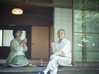 縁側で冷酒を飲みながら庭を眺めるシニア夫婦 11070021417| 写真素材・ストックフォト・画像・イラスト素材|アマナイメージズ