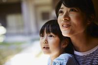 見上げる女の子と母親