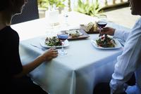 レストランで食事をするミドル夫婦