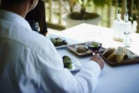 レストランで食事をするミドル男性