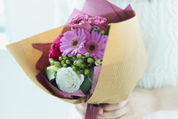 花束を持つ女性 11070021737| 写真素材・ストックフォト・画像・イラスト素材|アマナイメージズ