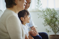 シニア夫婦と女の子 11070021791| 写真素材・ストックフォト・画像・イラスト素材|アマナイメージズ