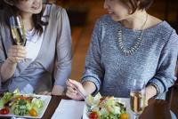 レストランで食事をする女性2人