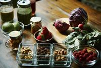 食卓の上のフルーツと野菜とスムージー
