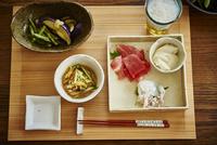 ビールとおつまみ料理 11070021963| 写真素材・ストックフォト・画像・イラスト素材|アマナイメージズ