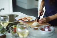 料理をする女性の手元