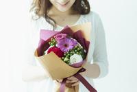 花束を持つ女性 11070021987| 写真素材・ストックフォト・画像・イラスト素材|アマナイメージズ