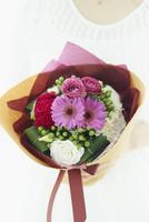 花束を持つ女性 11070021988| 写真素材・ストックフォト・画像・イラスト素材|アマナイメージズ