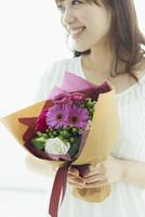 花束を持つ笑顔の女性 11070021989| 写真素材・ストックフォト・画像・イラスト素材|アマナイメージズ