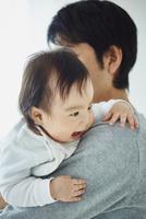父親に抱かれる赤ちゃん