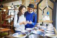 ショッピングを楽しむ外国人カップル