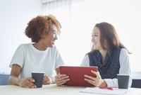 ミーティングをする外国人女性と日本人女性