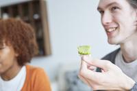 串団子を食べる外国人カップル