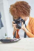 串団子をカメラで撮影する外国人女性