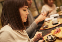 寿司屋で食事をする外国人