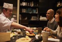 寿司屋で食事をする外国人 11070022219| 写真素材・ストックフォト・画像・イラスト素材|アマナイメージズ