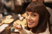 寿司を食べる外国人女性